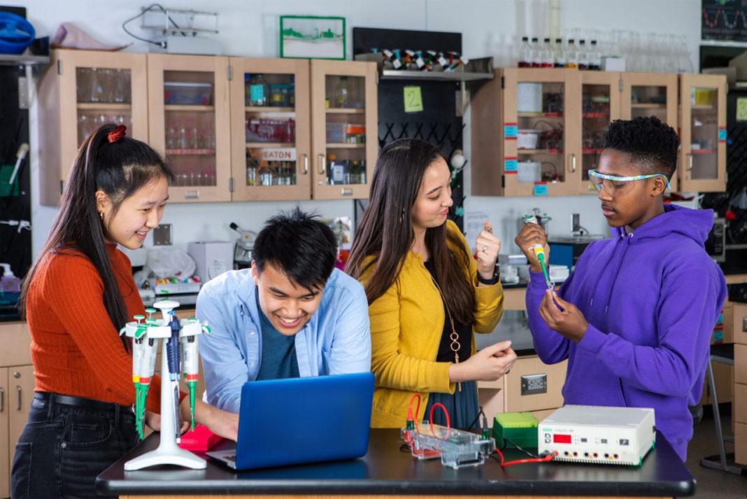 """Amgen Vakfı'nın Ücretsiz Bilim Eğitim Platformu """"LabXChange"""" COVID-19 ile Mücadele Sürecinde Geleceğin Bilim İnsanlarını Bir Araya Getiriyor"""