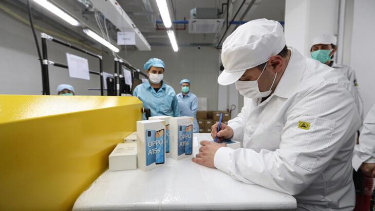 OPPO'nun Gebze'deki üretim tesisini ziyaret eden Sanayi ve Teknoloji Bakanı Mustafa Varank, Çinli markanın Türkiye'de test üretimine başladığını duyurdu.